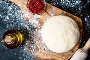 Impasto pane e pizza con olio d'oliva